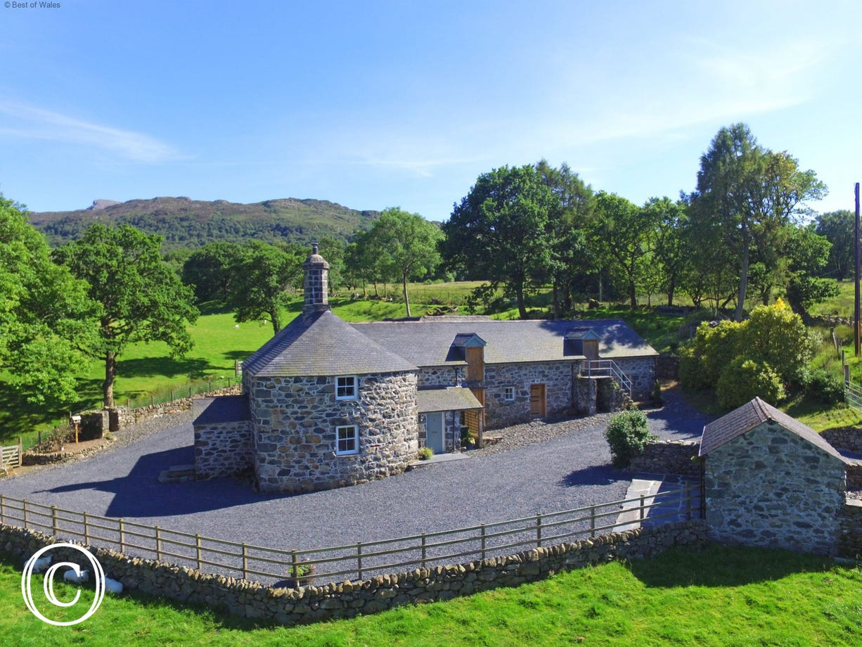 Detached, private holiday cottage in a tranquil setting near Dolgellau