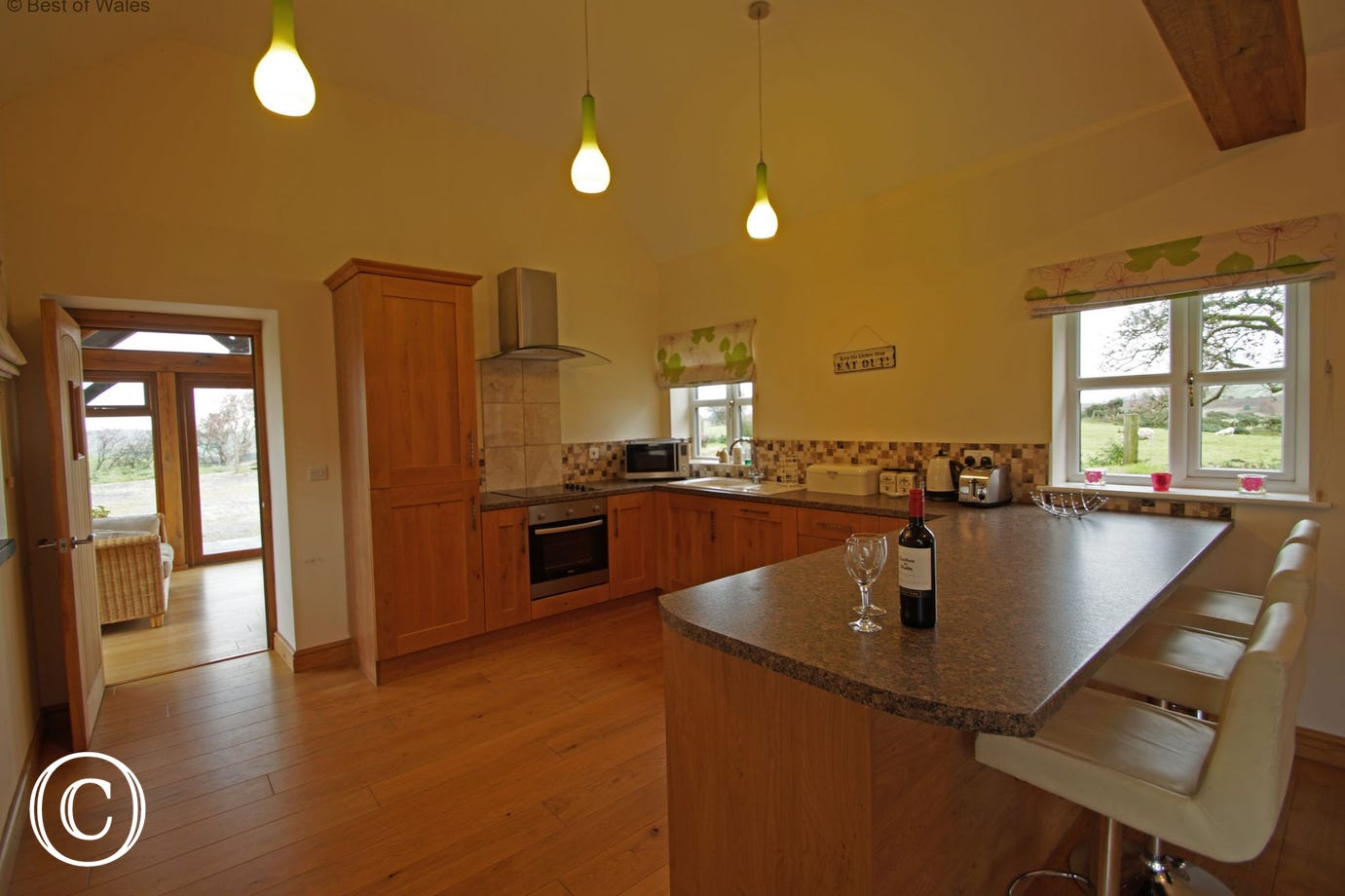 Extremely well equipped, contemporary kitchen with breakfast bar